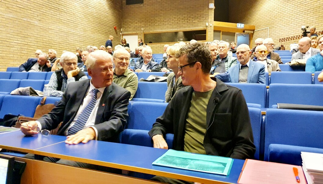 Frp-legende Carl I. Hagen og UiS-rektor Klaus Mohn slo av en prat før lanseringen. Deretter gikk sistnevnte relativt hardt til verks i sitt innlegg om lanseringen av det nye tidsskriftet til Klimarealistene.