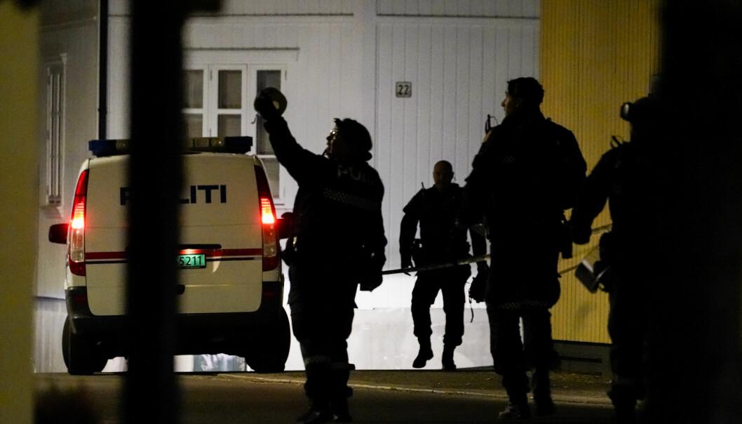Stor politiaksjon i Kongsberg sentrum etter at fem ble drep og to såret onsdag kveld.