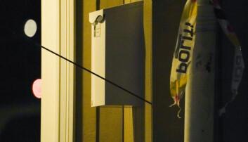 En pil står i en vegg etter at en person beveget seg rundt med et våpen som skal ha vært en pil og bue i Kongsberg sentrum.