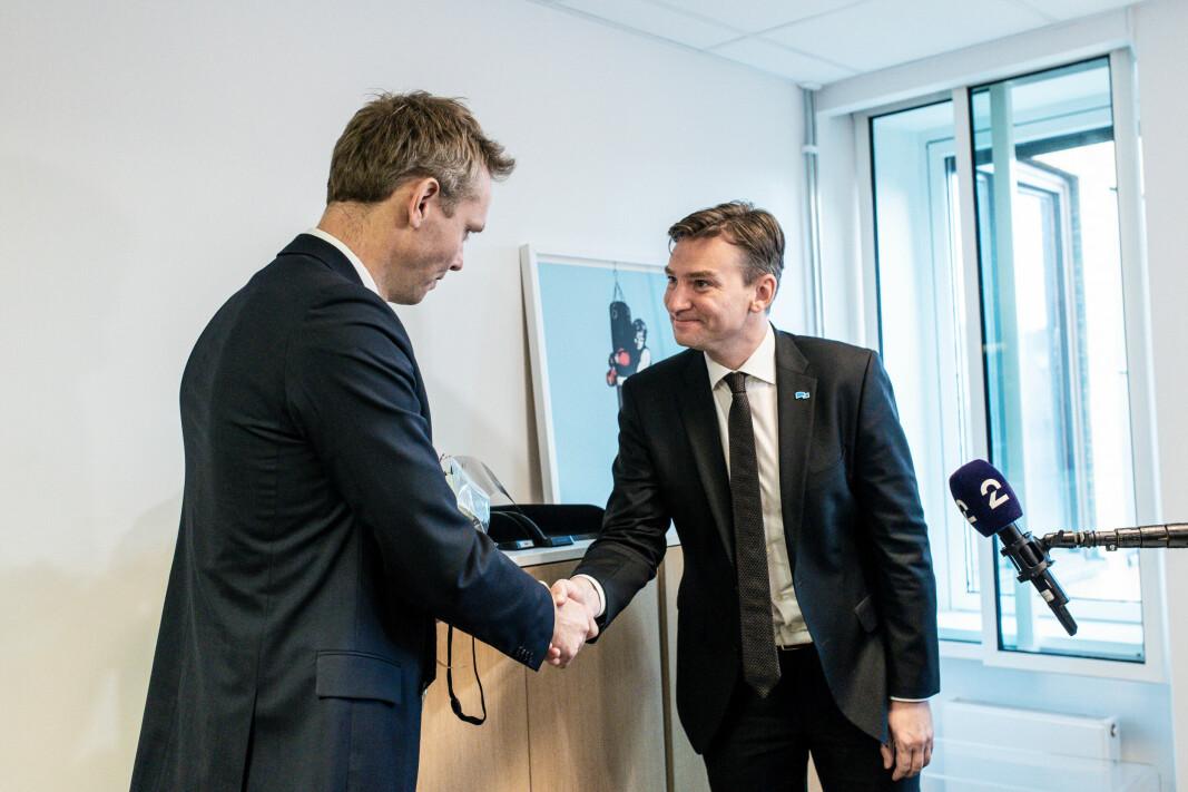 Ola Borten Moe får overrakt nøkkelen til sitt nye kontor av Henrik Asheim.